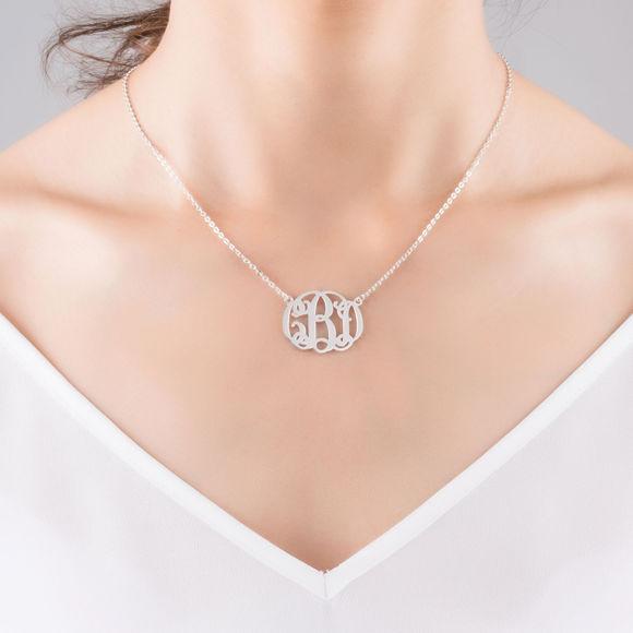 Imagen de Collar de lujo con monograma en plata de ley: personaliza este colgante con tus iniciales