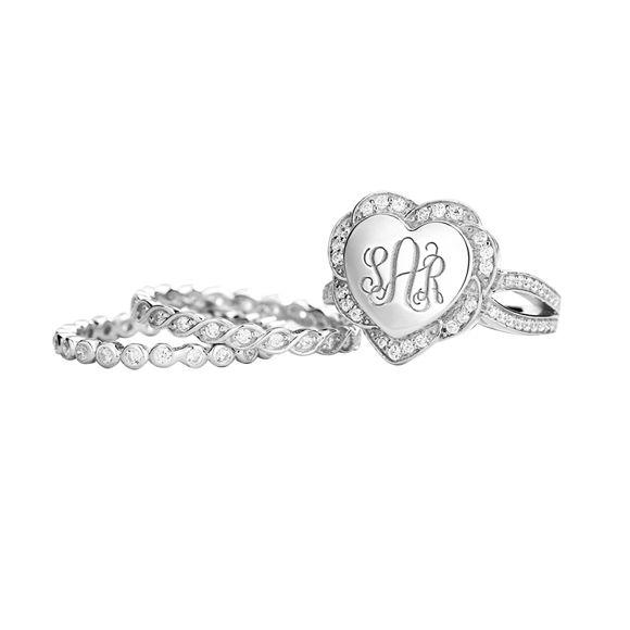 Imagen de Anillo de monograma apilable en forma de corazón grabado