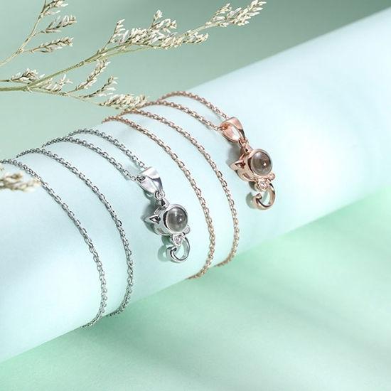Immagine di Collana con nome di proiezione personalizzata Kitty che dice che ti amo in argento sterling 100 lingue
