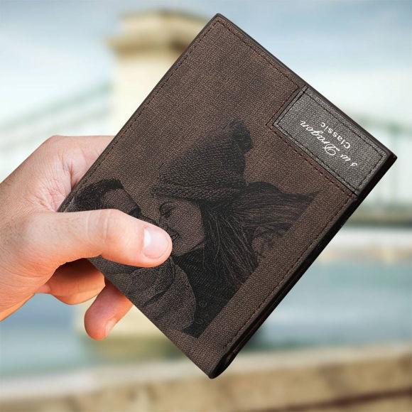 Immagine di Portafoglio personalizzato con foto incisa da uomo - Marrone scuro