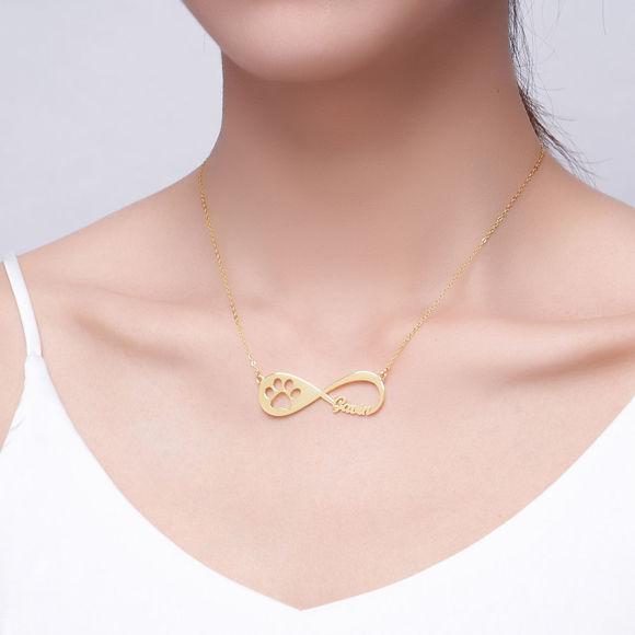 Imagen de Collar con nombre infinito con estampado de pata de mascota, chapado en oro de 14K