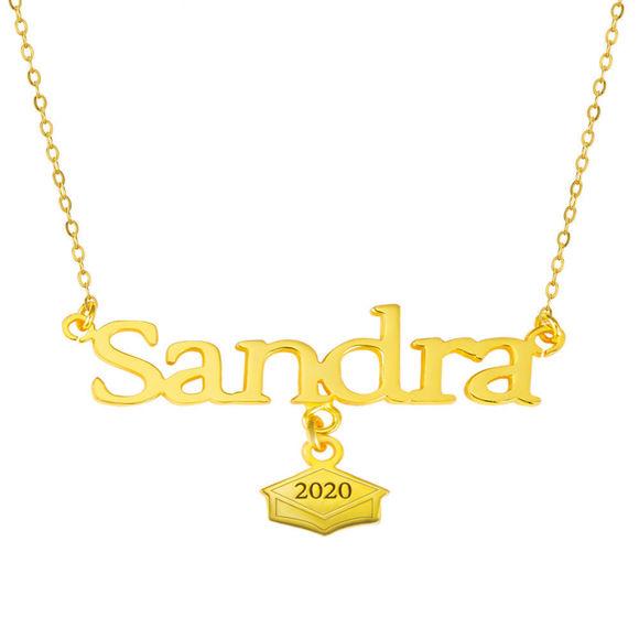 Imagen de Nombre de oro sobre plata esterlina con casquillo de graduación