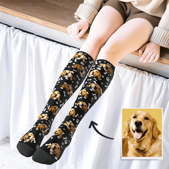 Image de Chaussettes hautes personnalisées multicolores avec un joli chien